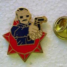 Militaria: PIN POLICIAL. AGENTE DE POLICÍA CON BIGOTE Y ARMA. Lote 257332900
