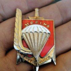 Militaria: INSIGNIA ESMALTADA PARACAIDITA EJERCITO FRANCES , PARACHUTISTAS 3 RPIMA ETRE ET DURER. Lote 261958610