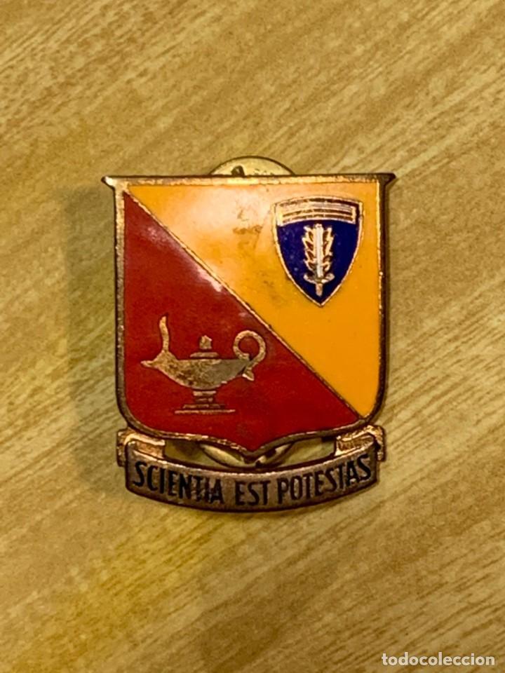 INSIGNIA ESMALTES EEUU ACADEMIA UNIVERSIDAD MILITAR 32MM SCIENTIA EST POTESTAS (Militar - Insignias Militares Internacionales y Pins)