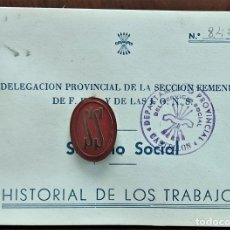 Militaria: CHAPA ROJA SERVICIOS SOCIALES CON CARTILLA HISTORIAL DE LOS TRABAJOS SECCIÓN FEMENINA AÑOS 1957-58. Lote 263034380