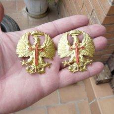 Militaria: 2 AGUILAS GORRA - CASCO - AGUILA EPOCA FRANCO. Lote 264537214