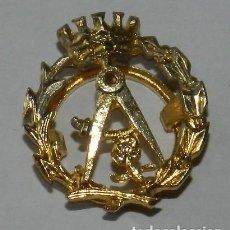 Militaria: ANTIGUA INSIGNIA DE SOLAPA ÉPOCA FRANCO, CUERPO DE ARQUITECTOS, ARQUITECTURA, REALIZADA EN PLATA DOR. Lote 268290129