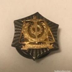 Militaria: ANTIGUA INSIGNIA SOLAPA JUSTICIA SOCIAL. Lote 277748543