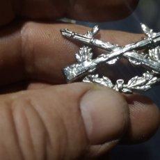 Militaria: ANTIGUA INSIGNIA O DISTINTIVO DE TIRADOR SELECTO O DE FUSILEROS. Lote 288065663