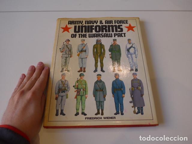 ANTIGUO CATALOGO LIBRO DE UNIFORMES DEL PACTO DE VARSOVIA, UNIFORMS WARSAW PACT. (Militar - Libros y Literatura Militar)