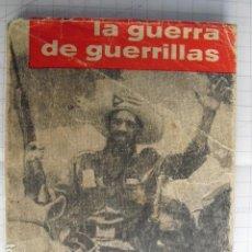 Militaria: 1960 LA GUERRA DE GUERRILLAS CHE GUEVARA 1ª EDICIÓN CON DEDICATORIA A CAMILO CIENFUEGOS CON LAMINAS. Lote 84589788