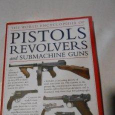 Militaria: THE WORLD ENCYCLOPEDIA OF PISTOLS REVOLVERS AND SUBMACHINE GUNS / PISTOLAS REVOLVERES CATÁLOGO. Lote 117219047