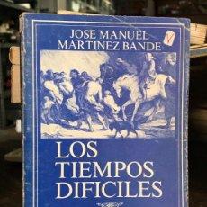 Militaria: LOS TIEMPOS DIFÍCILES, COL. ADALID, 244 PÁGINAS - JOSE MANUEL MARTÍNEZ BANDE. Lote 128165851