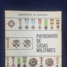 Militaria: LIBRO DEL MINISTERIO DE DEFENSA PATRONATO CASAS MILITARES 1982 CONDECORACIONES MILITARES 23X21CMS. Lote 156651414