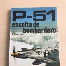 Militaria: P-51 ESCOLTA DE BOMBARDEO (MUSTANG) LIBRO DE WILLIAM HESS. Lote 194364095