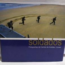 Militaria: SOLDADOS. FOTOGRAFIAS DE CARLOS DE ANDRÉS / COVER AMPLIO REPORTAJE FOTOGRÁFICO SOBRE LA VIDA SOLDADO. Lote 204421805