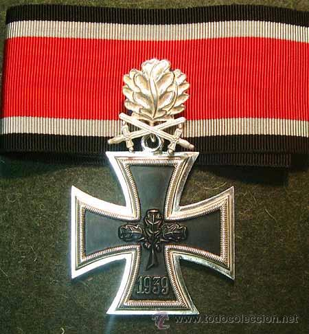 CRUZ DE CABALLERO DE LA CRUZ DE HIERRO CON HOJAS DE ROBLE Y ESPADAS – REGLAM.DE 1957 - CHAPADA PLATA (Militar - Reproducciones y Réplicas de Medallas )
