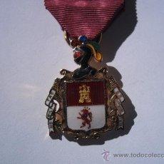 Militaria: REAL CUERPO DE HIJOSDALGO DE LA NOBLEZA DE MADRID, MEDALLA PLATA DORADA ESMALTADA, CON SU CINTA.. Lote 35494329