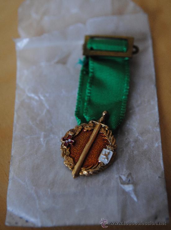 MEDALLA MINIATURA DE LOS ALFEREZES LEONESES CONMEMORATIVA DE LOS 25 AÑOS DE PAZ. GUERRA CIVIL (Militar - Medallas Españolas Originales )