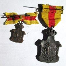 Militaria: MEDALLA Y MEDALLITA DEL HOMENAJE DE LOS AYUNTAMIENTOS A ALFONSO XIII. Lote 40612742