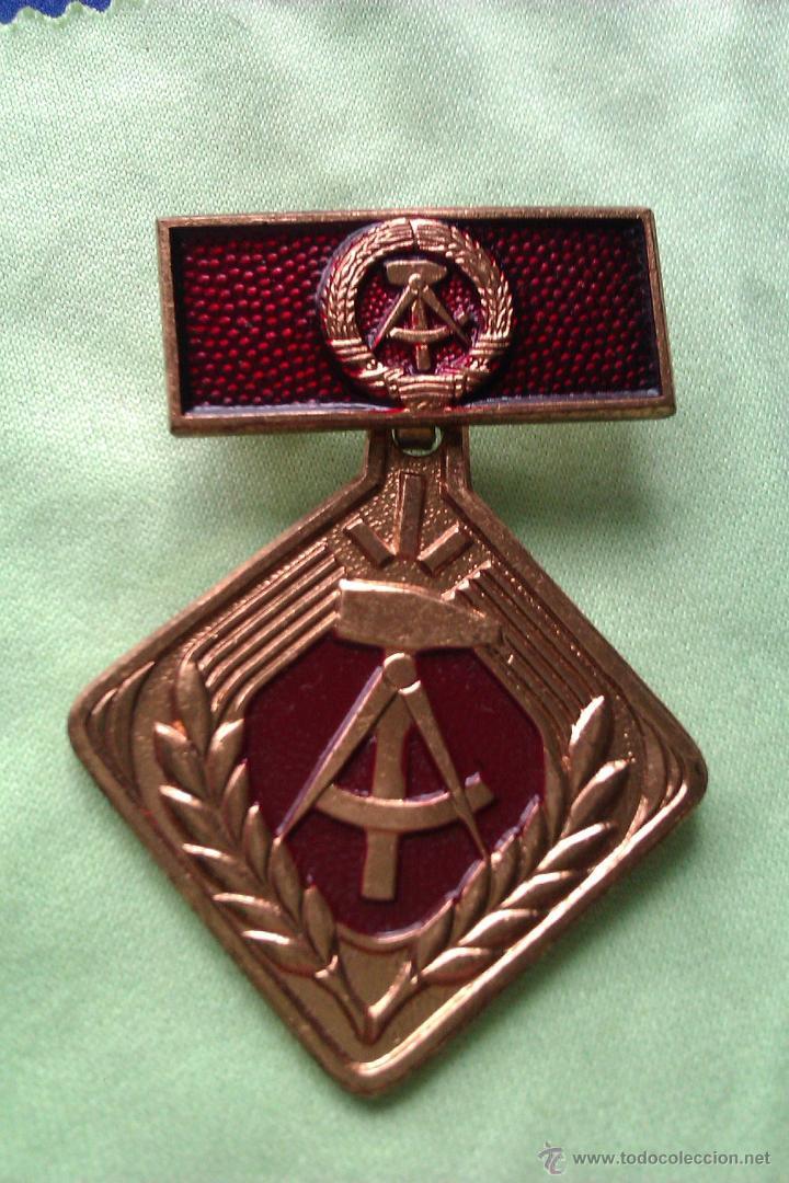 MEDALLA MILITAR ANTIGUA EN COBRE FORMA DE ROMBO ALEMANIA DDR INSIGNIA (Militar - Medallas Internacionales Originales)