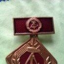 Militaria: MEDALLA MILITAR ANTIGUA EN COBRE FORMA DE ROMBO ALEMANIA DDR INSIGNIA. Lote 51490841