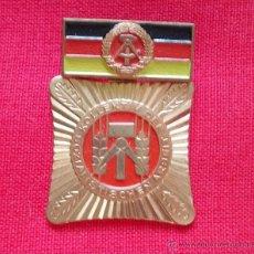 Militaria: MEDALLA MILITAR ANTIGUA COBRE DE LA ALEMANIA DEL ESTE DDR INSIGNIA VERSION RARA. Lote 43062568