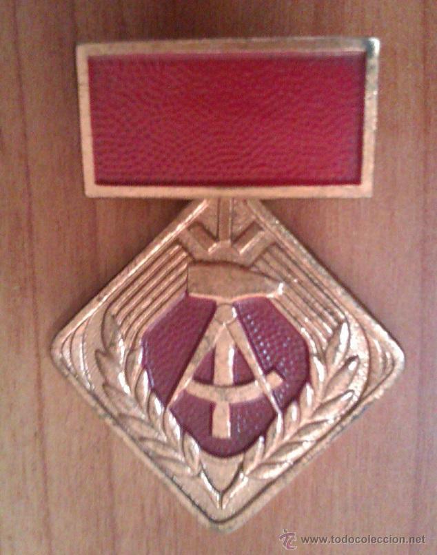 MEDALLA MILITAR ANTIGUA EN COBRE FORMA DE ROMBO ALEMANIA DDR INSIGNIA PASADOR CURIOSO (Militar - Medallas Internacionales Originales)