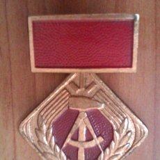 Militaria: MEDALLA MILITAR ANTIGUA EN COBRE FORMA DE ROMBO ALEMANIA DDR INSIGNIA PASADOR CURIOSO. Lote 44998540