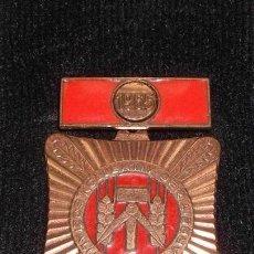 Militaria: MEDALLA MILITAR ANTIGUA COBRE DE LA ALEMANIA 1965 DEL ESTE DDR INSIGNIA VERSION RARA. Lote 45079460