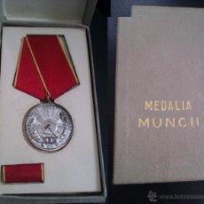 Militaria: LOTE MEDALLA + PASADOR MILITAR RUMANIA POR DESTACADA LABOR O TRABAJO EN LA GUERRA EN CAJA ORIGINAL. Lote 46479375