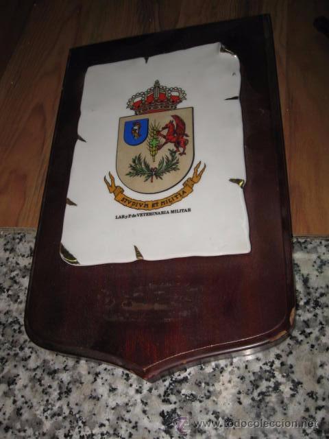 METOPA DE MADERA CON ESCUDO DE CERAMICA VETERINARIA MILITAR MEDIDA TABLA 28 X 17 ESCUDO 17 X 12 CM. (Militar - Reproducciones y Réplicas de Medallas )