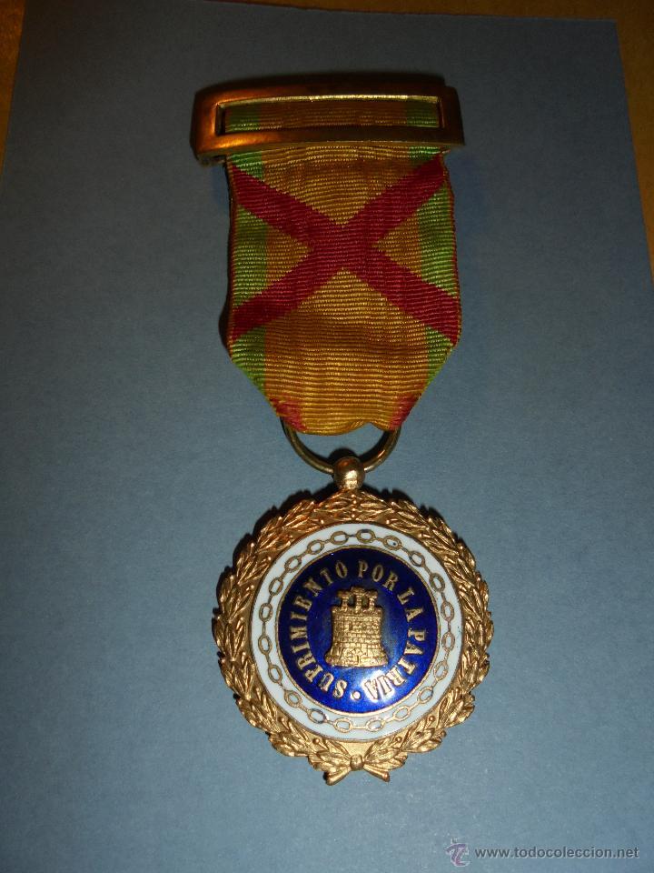 ANTIGUA CONDECORACION - SUFRIMIENTO POR LA PATRIA . CONDECORACION ESMALTADA CON SU TELA ORIGINAL Y (Militar - Medallas Españolas Originales )