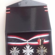 Militaria: CAJA CONMEMORATIVA MEDALLA ALEMANA CRUZ DE CABALLERO RITTERKREUZ KRIEGSVERDIENSTKREUZ KVK III REICH.. Lote 53587935