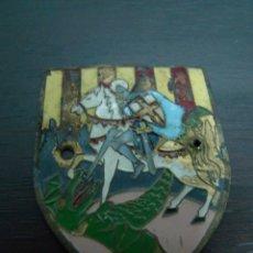 Militaria: ANTIGUA INSIGNIA DE LATON CON CABALLERO TEMPLARIO A CABALLO. Lote 53727961