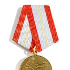 Militaria: MEDALLA MILITAR RUSA - 60 AÑOS DE LAS FUERZAS ARMADAS DE LA URSS. Lote 54631499