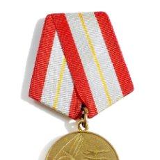 Militaria: MEDALLA MILITAR RUSA - 60 AÑOS DE LAS FUERZAS ARMADAS DE LA URSS. Lote 54654147