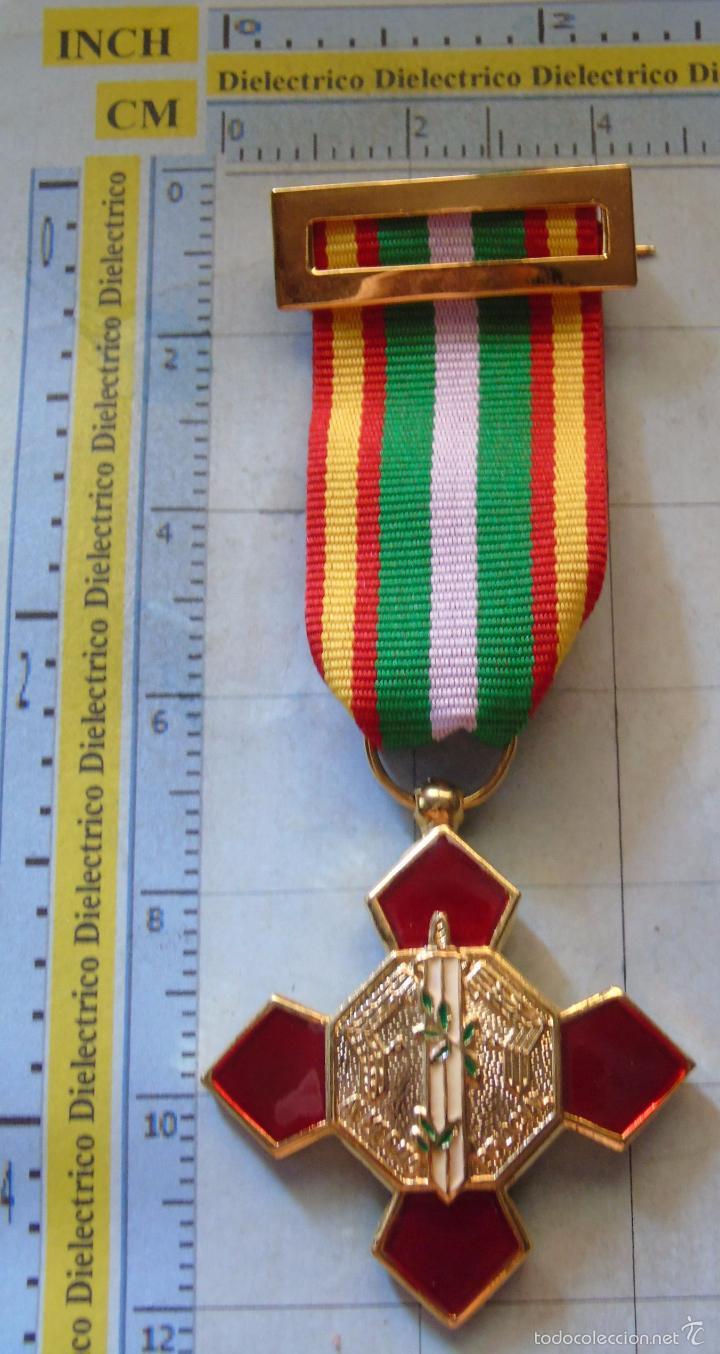 MEDALLA MILITAR. CRUZ DEL MÉRITO POLICIAL. DISTINTIVO ROJO. (Militar - Medallas Españolas Originales )