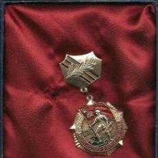Militaria: MEDALLA DORADA RUSIA 1970 6,5 X 3,5 CM.. Lote 70132117