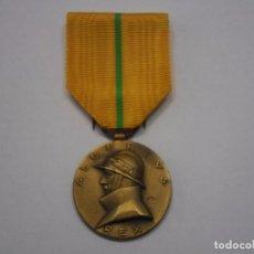 Militaria: BELGICA- MEDALLA CONMEMORATIVA DEL REINADO DEL REY ALBERTO 1909-1934, CON SU CINTA ORIGINAL. Lote 71434519