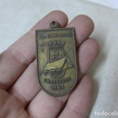 Militaria: ANTIGUA MEDALLA DEL CAMPAMENTO GRACIENSE, BARCELONA, 1954, BOY SCOUTS CATALANES, BOYSCOUTS.. Lote 207998386