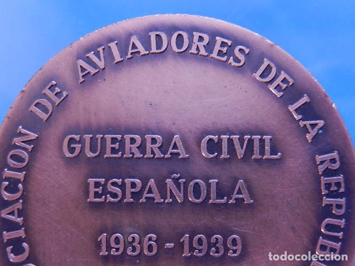 Militaria: Medalla conmemorativa de la Asociación de Aviadores de la República. - Foto 7 - 79292937