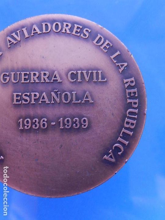 Militaria: Medalla conmemorativa de la Asociación de Aviadores de la República. - Foto 9 - 79292937