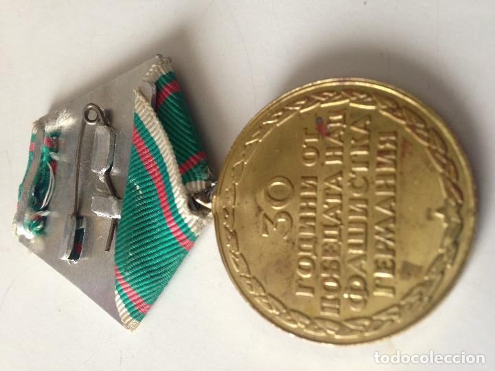 Militaria: Medalla Ejército Búlgaro. 1945-1975. 30 Aniversario Victoria 2ª Guerra Mundial. Soldados disparando. - Foto 2 - 81022568