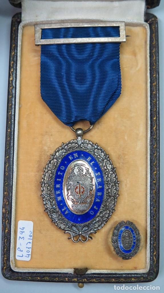 ANTIGUA MEDALLA DE PLATA Y MINIATURA AL MERITO EN EL TRABAJO. CON ESTUCHE (Militar - Medallas Españolas Originales )