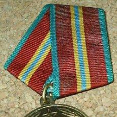 Militaria: MEDALLA DORADA 70 ANIVERSARIO CCCP 1918 1988 EN RUSO - NO SÉ QUÉ PONE. Lote 82934392