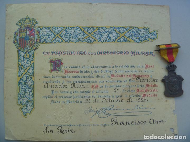 LOTE MEDALLA DEL HOMENAJE DE LOS AYUNTAMIENTOS Y DIPLOMA CONCESION, FIRMA PRIMO RIVERA. (Militar - Medallas Españolas Originales )