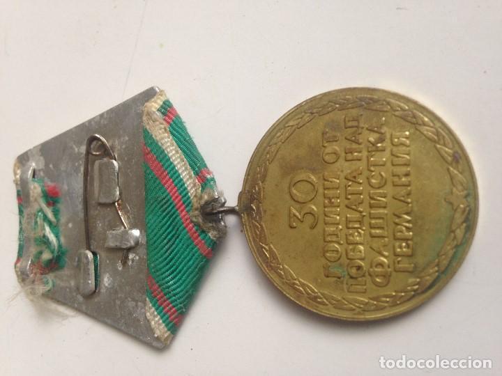 Militaria: Medalla Ejército Búlgaro. 1945-1975. 30 Aniversario Victoria 2ª Guerra Mundial. Soldados disparando. - Foto 2 - 87375544