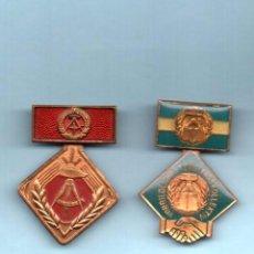 Militaria: 2 MEDALLAS DE LA ANTIGUA ALEMANIA ORIENTAL, EL CUADRADO DE LA DE FONDO ROJO 25 MM. X 25 MM.. Lote 98802827