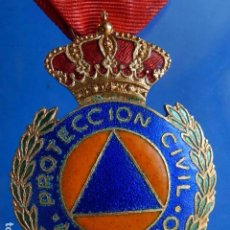 Militaria: MEDALLA DEL PROTECCIÓN CIVIL, AL MÉRITO. CINTA ROJA.. Lote 99742011