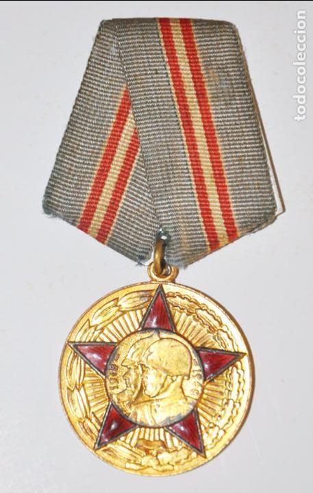 MEDALLA DEL 50È ANIVERSARIOS DE LES FUERCES ARMADAS SOVIÈTICAS CON PAPELES .URSS (Militar - Medallas Extranjeras Originales)