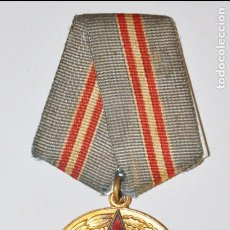 Militaria: MEDALLA DEL 50È ANIVERSARIOS DE LES FUERCES ARMADAS SOVIÈTICAS CON PAPELES .URSS. Lote 101551923