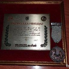 Militaria: MEDALLA Y PLACA PREMIO A LA FIDELIDAD-RENFE, 1967. Lote 102097423