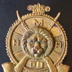 Militaria: RARO Y ANTIGUO EMBLEMA MILITAR, CABEZA DE LEÓN SOBRE FUSILES CRUZADOS, VINCIT AMOR PATRIAE. HMA.. Lote 103521795