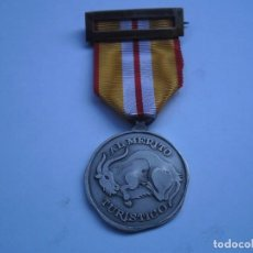 Militaria: MEDALLA AL MERITO TURISTICO-CATEGORIA PLATA, CON SU CINTA Y PASADOR, MODELO DE PLATA EN PERF.EST.. Lote 103977835